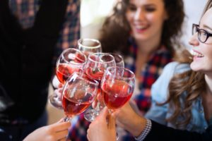 079594191-wine-tasting-event-happy-peopl